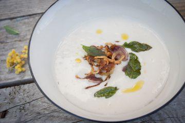 Crema de alubias blancas cebolla frita mollejas pato salvia