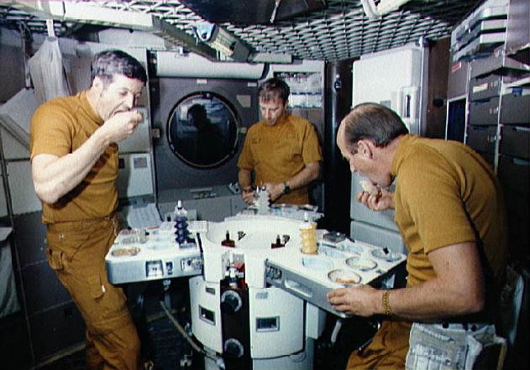 menu-con-mas-estrellas-la-comida-primeros-astronautas-wikicocina-skylab-mesa-comer